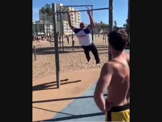 Федор Владимирович Емельяненко показывает мастерство на турнике, после боя, на пляже Санта-Моники☀