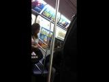 Киану Ривз едет в метро и уступает место негритянке
