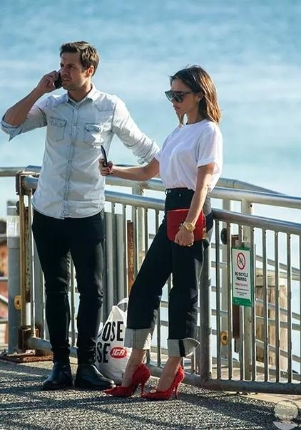 Виктория Бекхэм даже на пляже не готова отказаться от фирменного стиля и появиться в сланцах и тунике. Очередное доказательство пришло из Сиднея.