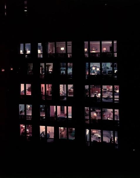 Первое фото - ОКНА В НОЧИ Этот дом расположен по адресу 860 Lae Shore Drive, Чикаго, США. Дата съемки - ноябрь 1956 года. Автор снимка - Фрэнк Шершель.Автор проекта дома - Людвиг Мис ван дер