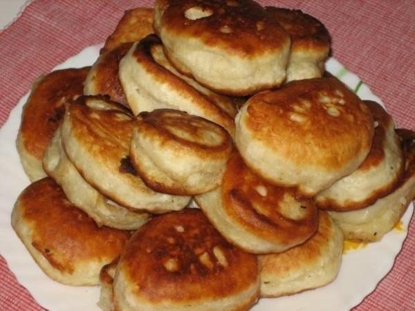 Оладьи на кефире со сметаной или медом Ингридиенты: ●
