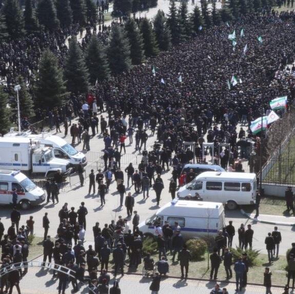 В Ингушении полицейские не пускали к толпе митингующих росгвардейцев, после чего все были уволены. Батальон ППС защитил митингующих, встав на их сторону. Они отказались выполнять приказ и
