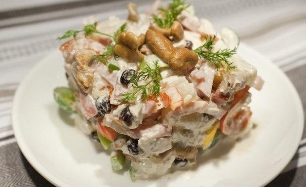 пикантный салат изюминка что нужно: 200г куриного филе200г ветчины3 половинки болгарского перца (½ красного, ½ жёлтого, ½ зелёного)200г консервированных лисичек (можно заменить опятами или