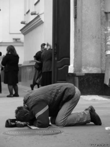 Сонник мужчина падает на колени