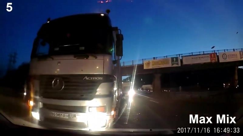 В слепой зоне грузовиков.
