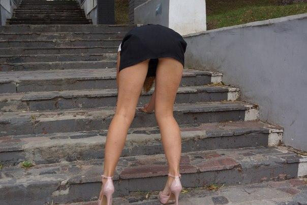 фото парни задрали девки юбку