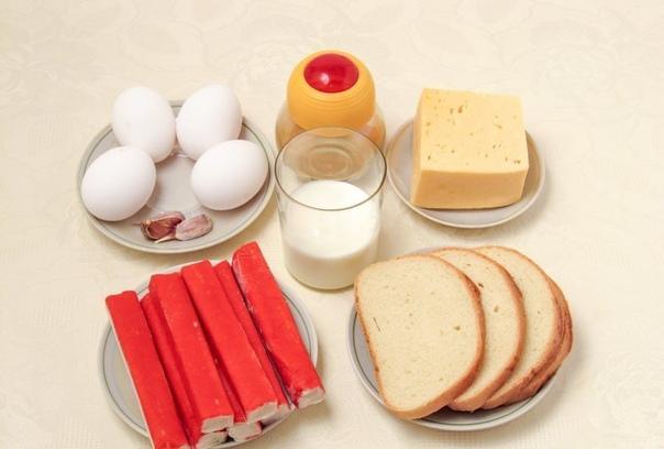 салат с крабовыми палочками с сухариками и сыром нам понадобится:- крабовые палочки 240 г;- твёрдый сыр 200 г;- яйца 4 шт.;- батон (сухарики) 100 г;для заливки:- кефир 150 мл;- чеснок 2-3