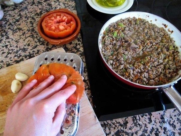 домашняя лазанья что нужно: фарш говяжий 1 шт.морковь (большая) 2 шт.лук (среднего размера) 0,5 шт.перец сладкий 1 шт.помидоры (крупные, спелые) 3 шт.лазанья (порционные пластинки) 100 гвино