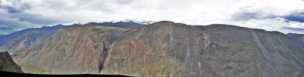 Панорама на горный хребет.