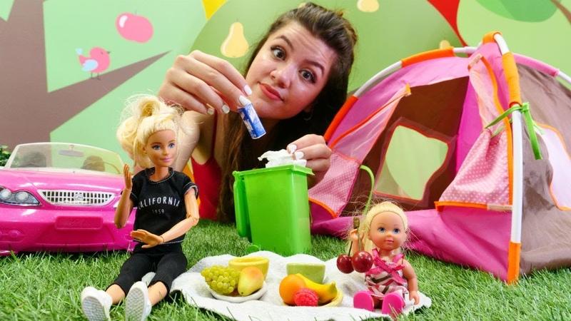 Barbie piknikte çöpleri topluyor. Oyuncaklar ile eğitici oyun