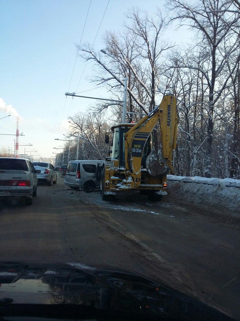 В Уфе столкнулись трактор и минивэн «Лада Ларгус», пострадал водитель