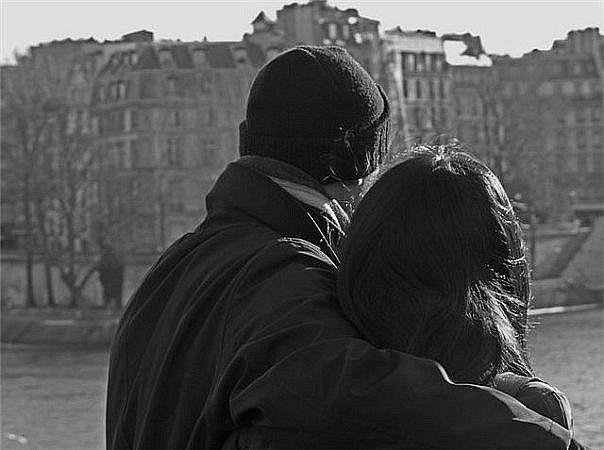 Парень и девушка обнимаются.