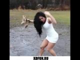 Девушка упала в грязь. ударилась об столб. прикол телки неуклюжие падают высокий каблук платье белое вся в грязи
