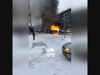 В Перми на Одоевского загорелся автобус. ВИДЕО.