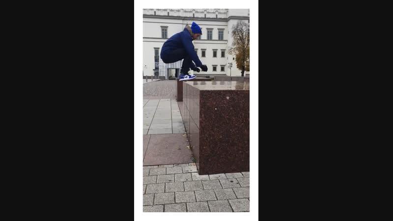 Kenny - прыжок на парапет. Вильнюс