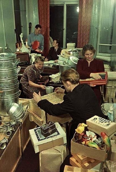На фото: комсомольцы упаковывают подарки для целинников, 1955 год.
