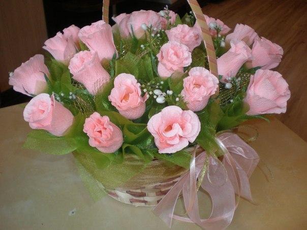 Розы из гофрированной бумаги с конфетой своими руками видео