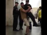 Мужчина поднял и пронёс полицейского, и может сесть на пять лет.