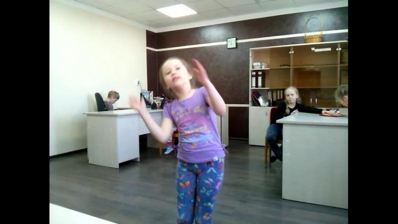 Ульяша Яцкив -умничка. всё о маме поёт!