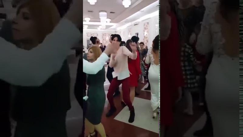 Ревнивая женщина запрещает мужу танцевать на свадьбе с красивой девушкой