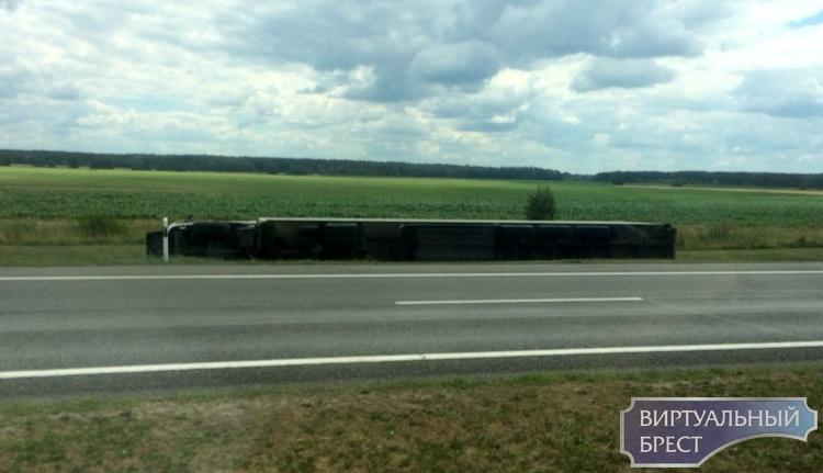 На трассе М1 между Кобрином и Брестом перевернулась фура - водитель бросился убегать
