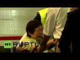 В аэропорту Куала-Лумпура родственники жертв авиакатастрофы ждут окончательного списка погибших