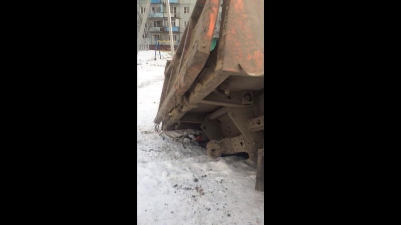 камаз провалился во дворах на 5 ленинградской 12.11.18
