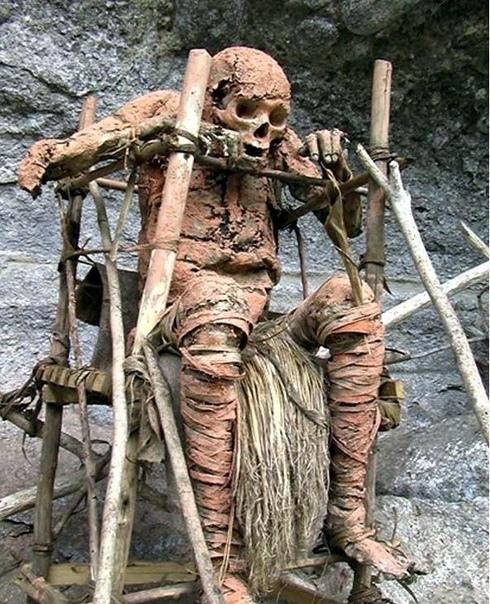 Похоронный ритуал в Папуа-Новой Гвинее. В провинции Моробе живёт племя ангу, его представители коптят покойников, обмазывают их глиной, а затем еще украшают и так хранят, не
