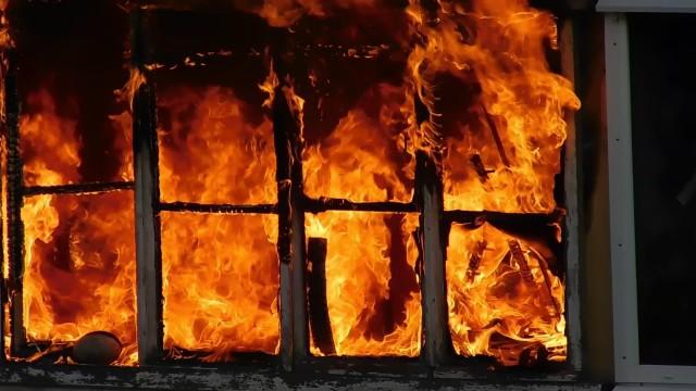 В Донецке во время пожара в жилом доме пострадала пожилая женщина
