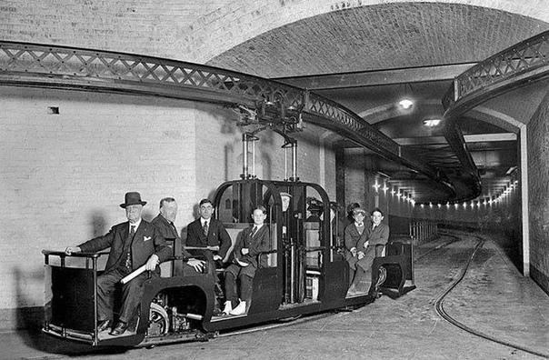 Этот снимок был сделан в 1915 году На нем запечатлено, как в подземке перевозили пассажиров между Капитолием и административным зданием Сената. Любопытно, что этот вид общественного транспорта