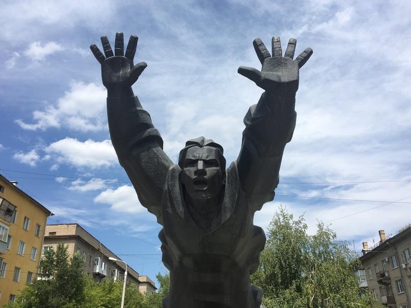 Памятник Михаилу Паникахе, который погиб 2 октября 1942г., сжёг фашистский танк...