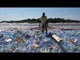 Amas de bouteilles plastiques flottant sur le fleuve Congo