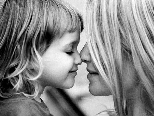 Я – мама. Это много или мало? Я – мама. Это счастье или крест? И невозможно все начать сначала, И я молюсь теперь за то, что есть: За плач ночной, за молоко, пеленки, За первый шаг, за первые слова. За всех детей. За каждого ребенка. Я – мама! И поэтому права. Я – целый мир. Я – жизни возрожденье. И я весь свет хотела бы обнять. Я – мама. Мама! Это наслаждение Никто не в силах у меня отнять!