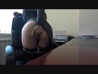 Рискованная мастурбация в офисе / порно и хентай / amateur, extreme place, masturbation, sexy solo girl, hot