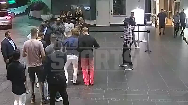 Полное видео инцидента когда Конор МакГрегор разбил телефон фаната.