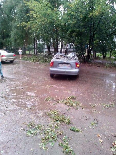 Ураган в Чайковском 17 августа 2014 год, машину придавило деревом