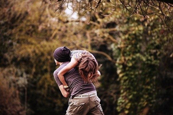 Перекинуть девушку через плечо