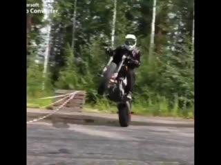 Красивый и элегантный трюк на мотоцикле