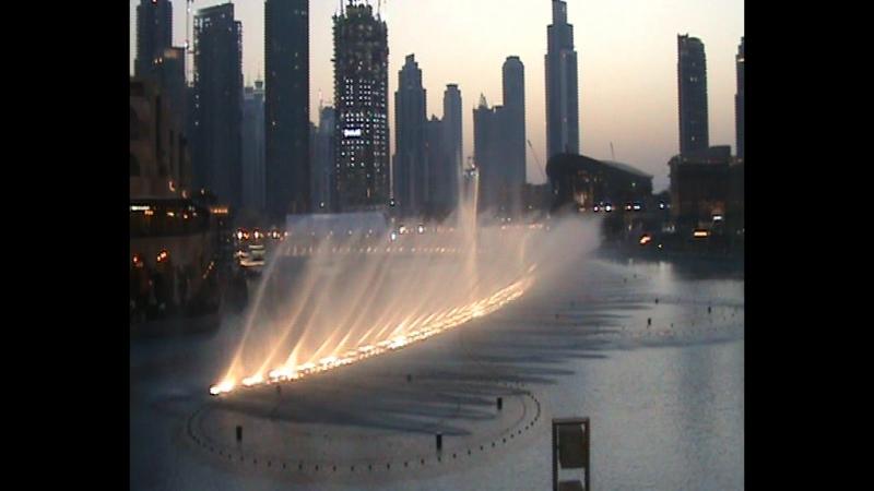 ОАЭ. Дубай. Музыкальный фонтан в Дубай-Молл с видом на самую высокую башню в мире 828 м Бурдж-Халифа.
