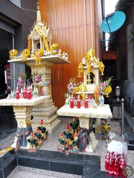 ДОМИКИ ДУХОВ. Ч.-1 В Таиланде перед входом в административные здания и частные резиденции можно увидеть небольшой домик на специальной высокой подставке. В этом красиво украшенном домике обитают