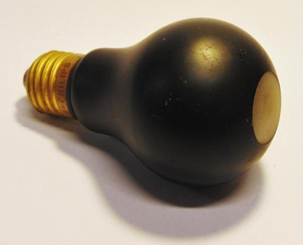 Черные лампы Второй мировой В конце 1930-х, в канун Второй мировой, были изобретены вот такие лампы, названные blacout bulbs. Они полностью покрыты черной краской, и только снизу есть