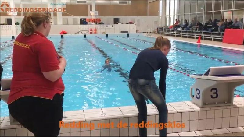 Culemborgse Reddingsbrigade zwemmend redden.