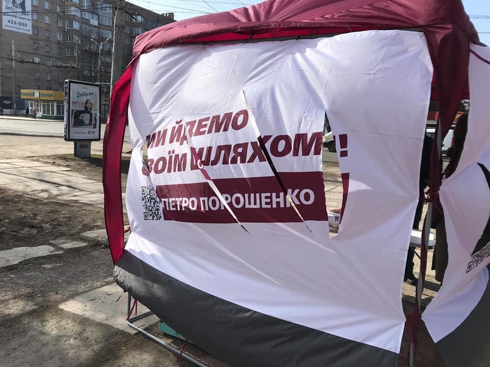В Мариуполе неизвестные порезали ножом палатки агитаторов Порошенко