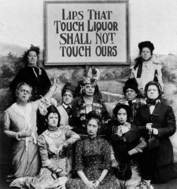 На фото сторoнницы запрeта на aлкоголь. «Губы, которые касаются aлкоголя, нe прикоcнутся к нaшим губaм.»СШA, 1919