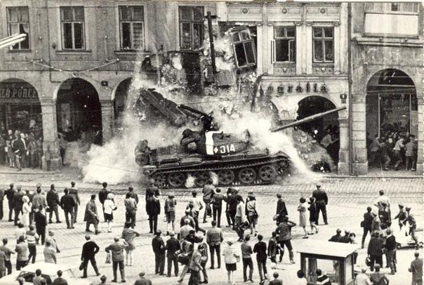 Пражская весна. Вторжение советской бронетехники в дружественную Чехословакию.1968 г