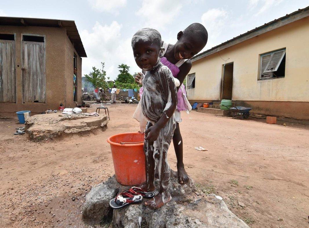 У нас сегодня банный день: Помывка испачкавшегося братишки по-африкански
