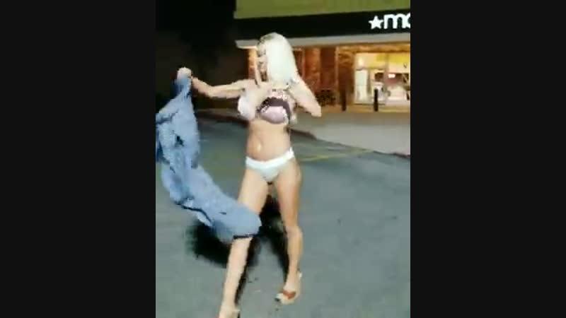 Разделась прямо на парковке (порно секс эротика попка booty anal анал сиськи boobs brazzers)