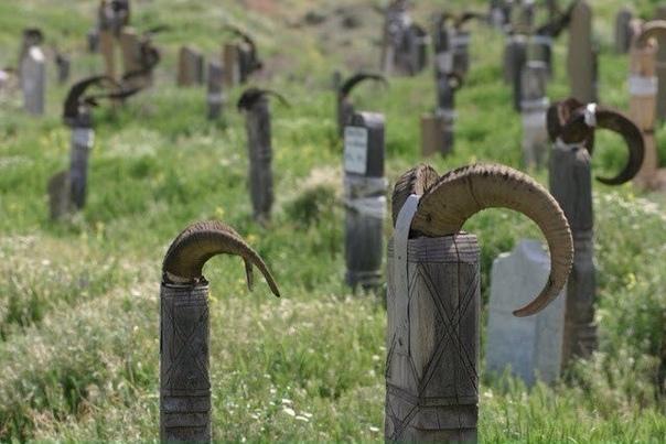 в горах на границе с ираном, ни культ туркменбаши, ни ислам не смогли вытеснить древних языческих верований и обрядов. и потому в нохуре очень необычное кладбище — каждый надгробный памятник