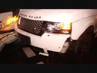 В центре Киева Range Rover врезался в полицейский автомобиль