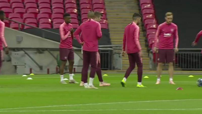 TOTTENHAM BAR A Full training session at Wembley